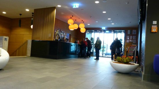 Adina Apartment Hotel Berlin Hackescher Markt: Hotellobbyen