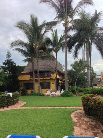 Las Cabañas del Capitán: Looking into the resort from the Beach