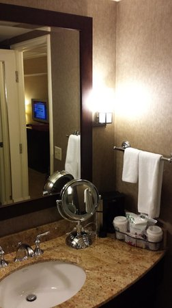 Hyatt Regency Bellevue : Dark but nice bathroom