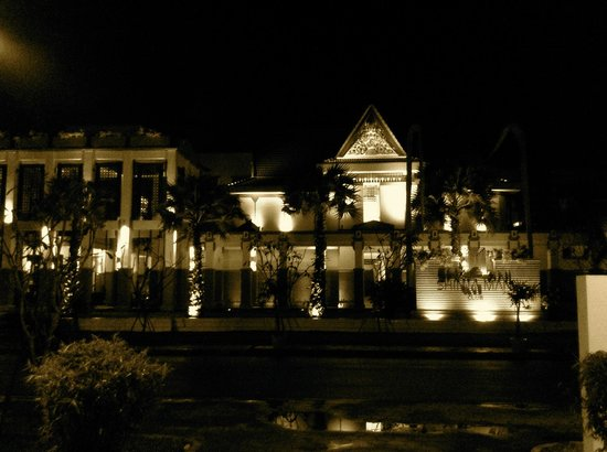 Shinta Mani Club: hotel at night