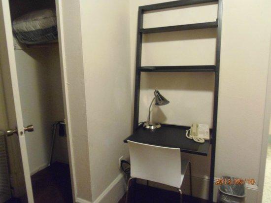 Grant Plaza Hotel: Pequeño armario y estufa que se agradecia