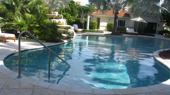 Villa del Mar: Pool in front of Building B