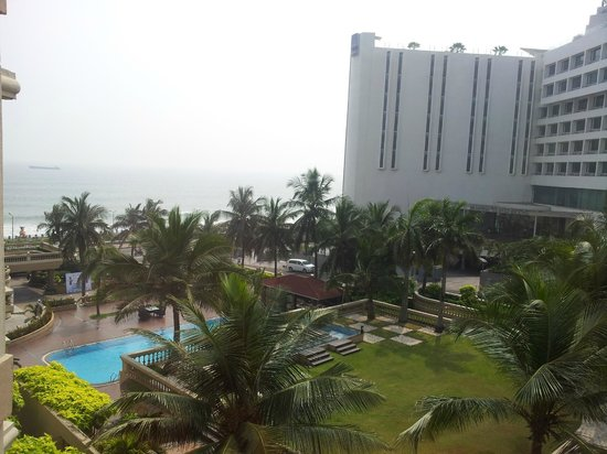 The Gateway Hotel Beach Road : View from room 307. You can see the Novotel and the sea