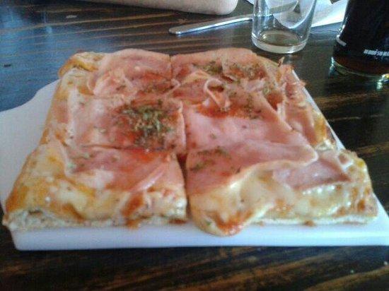 La Bodeguita: Pizza de jamon y muzzarella