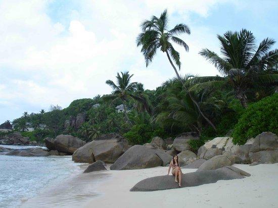 Banyan Tree Seychelles: Часть пляжа при отеле