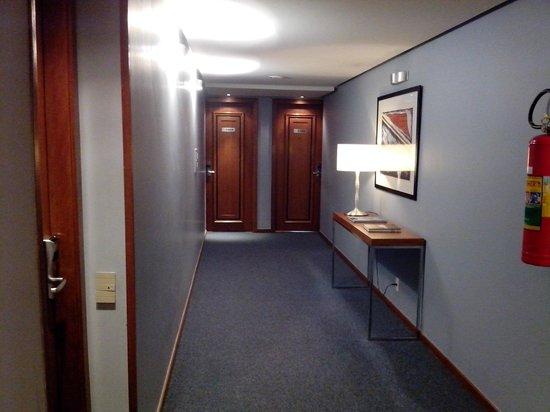 Address Faria Lima by Intercity: Corredor de acesso aos quartos.