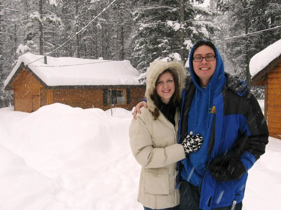 Castle Mountain Chalets: Our cabin is directly behind us
