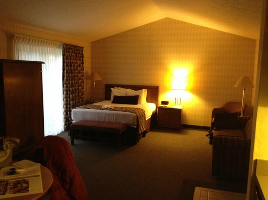 Skaneateles Suites: bed