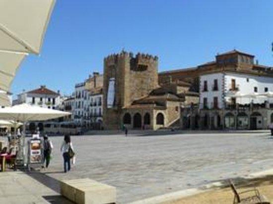 Torre de Bujaco: Spanischer Platz mit dem turm in der Mitte