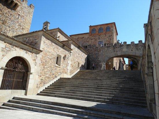 Torre de Bujaco: Treppe zum Sternentor, rechts vom Turm