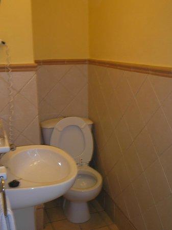 Hotel Abanico Sevilla: baño nro 1 de la hab cuádruple