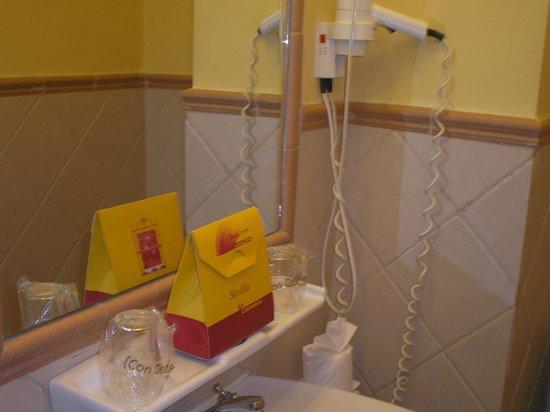 Hotel Abanico Sevilla: 2do baño de la hab cuádruple