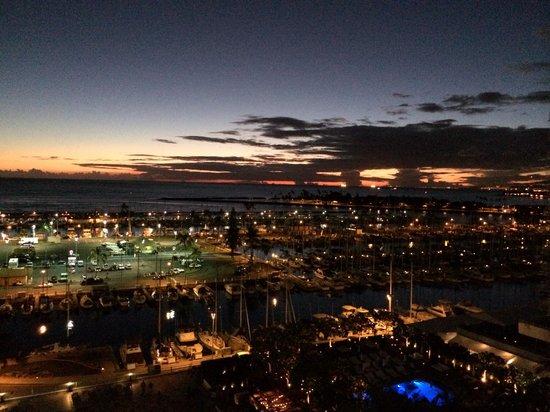 Ilikai Hotel & Luxury Suites: Sunset from the balcony