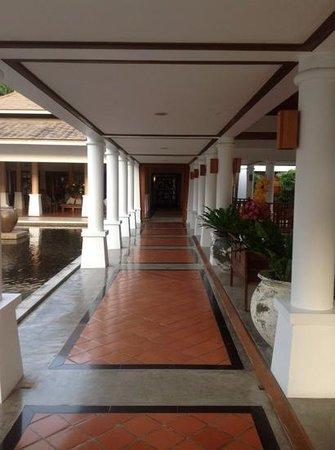 Naithonburi Beach Resort: Бар справа