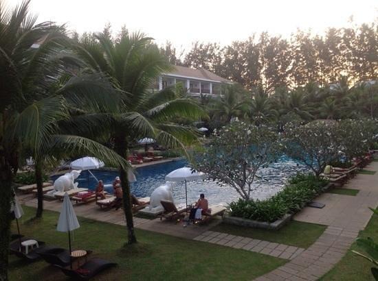 Naithonburi Beach Resort: Вид на басейн 2
