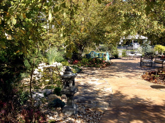 Higher Ground Hotel: garden entrance