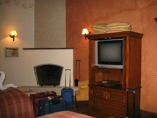 Porta Hotel Antigua: Fireplace and TV in our room
