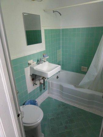 Tropics Hotel & Hostel: Badezimmer
