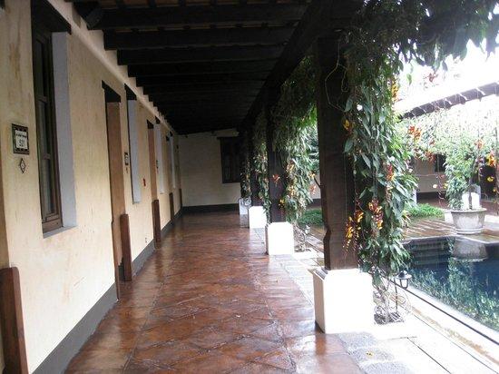 Porta Hotel Antigua: Corridor in lap pool area