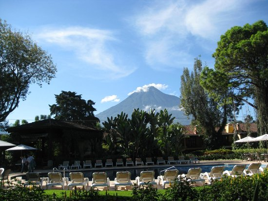 Porta Hotel Antigua: Volcano view from recreation pool
