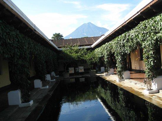 Porta Hotel Antigua: Lap pool with volcano view