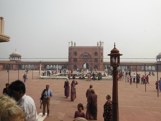 Friday Mosque (Jama Masjid): The courtyard of this mosque can hold 25,000 worshipers