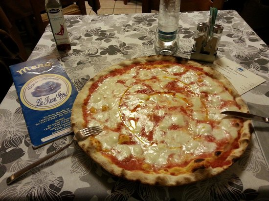 Pizzeria Ristorante La Rosa Blu: Proporzionatela con le posate!!!!