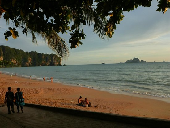 Phra Nang Inn: Beach outside of the hotel