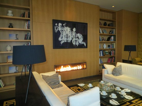 The Fitzwilliam Hotel Belfast: Gasfire centrepiece in the compact Lounge area