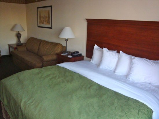 Country Inn & Suites By Carlson, Norman: Bed, Sofa, Chair