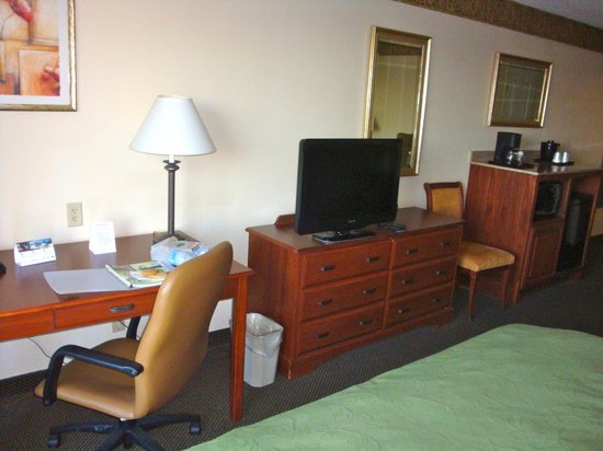 Country Inn & Suites By Carlson, Norman: Desk & Dresser