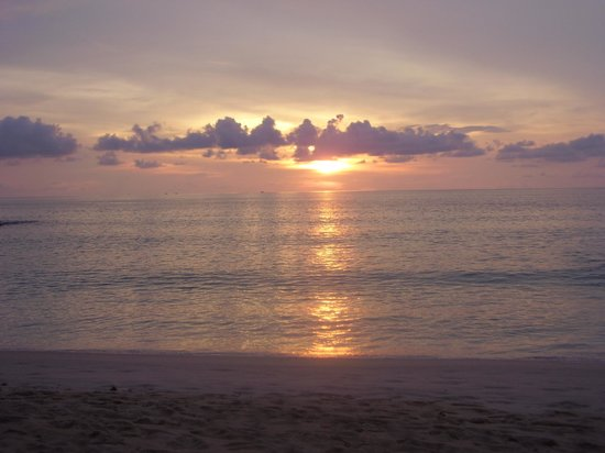 The Surin Phuket: Sonnenuntergang am Strand