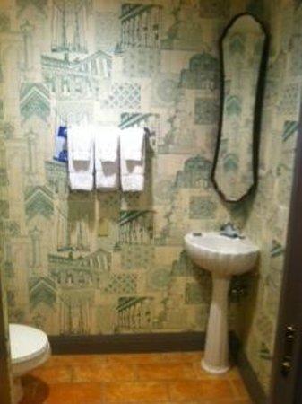 Kimpton Hotel Monaco Portland: Small bathroom