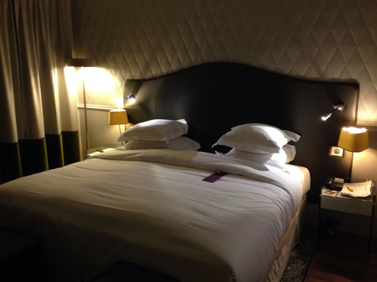 Hotel Edouard 7: Deluxe room after turndown service :-)