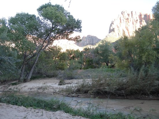 Cliffrose Lodge & Gardens : La rivière au bout du jardin