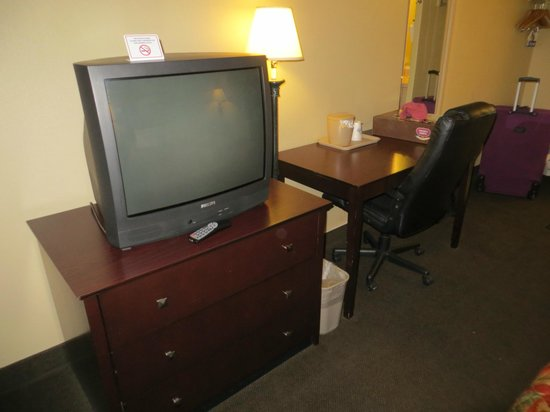 Days Inn Denver Downtown: Third floor room - TV and desk