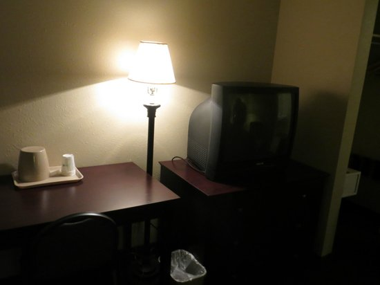 Days Inn Denver Downtown: Gound floor room - desk and TV