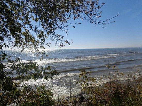 Baymont Inn & Suites Manitowoc Lakefront: I could watch the waves on Lake Michigan by the hours