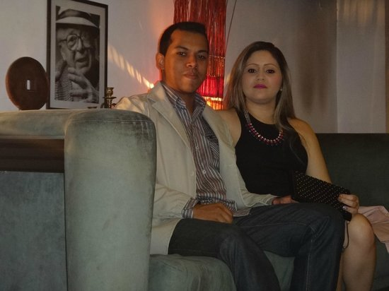 Jam Suites Boutique Hotel : Sofá na sala de estar