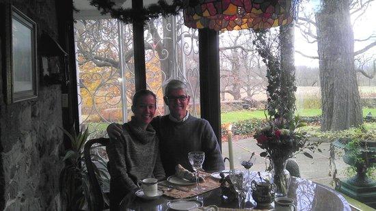 Morgan Samuels Inn: Breakfast on the glassed porch