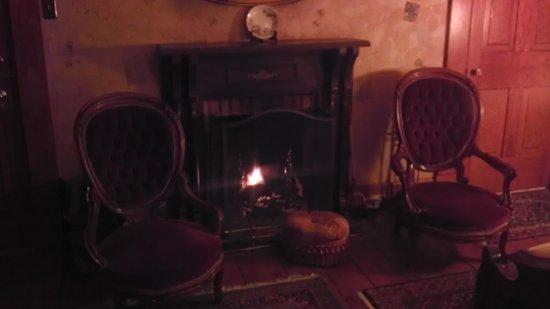 Morgan Samuels Inn: Evie's Chamber fireplace
