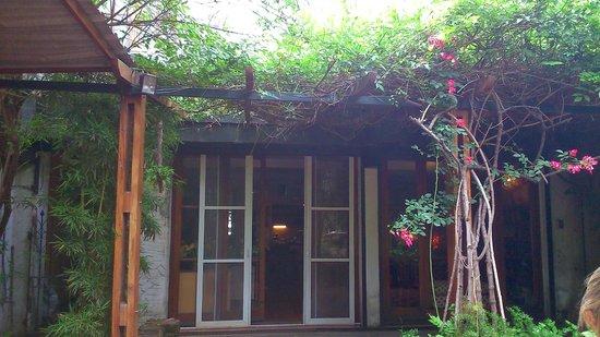 Jam Suites Boutique Hotel : Vista da varanda, acesso ao jardim.