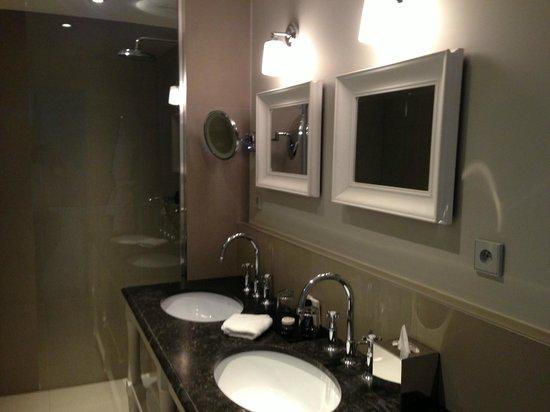 New Hotel Roblin La Madeleine: Superbe salle de bain