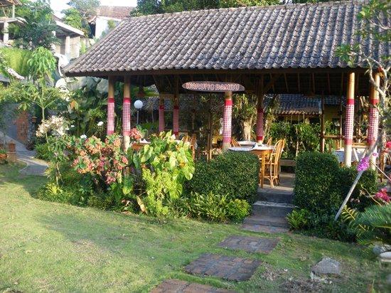 Karangsari Guest House : Restaurant au milieu d'un magnifique jardin!