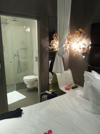 Legend Hotel by Elegancia : Room and bathroom