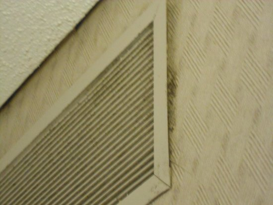 Hyatt Regency Montreal: Dirty air vent