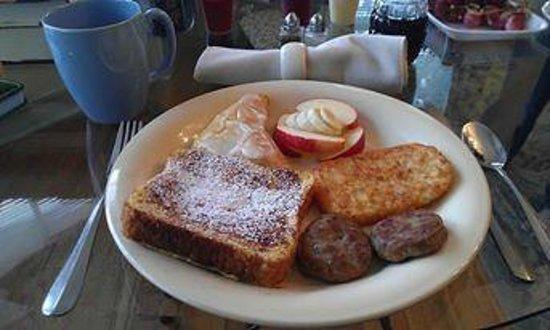 A Secret Vine Bed & Breakfast: Breakfast the first day