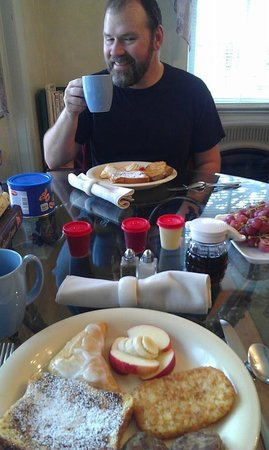 A Secret Vine Bed & Breakfast : Hubby enjoying breakfast