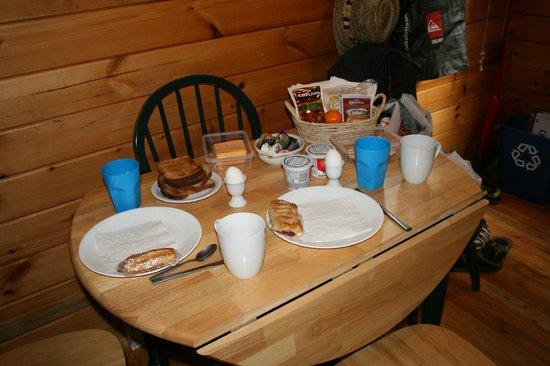 Across The Creek Cabins : Frühstück von den Lebensmitteln im Kühlschrank