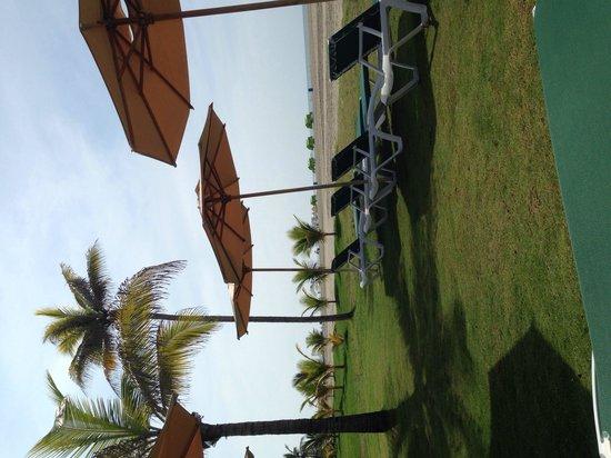 Holiday Inn Cartagena Morros: Área de playa con reposeras